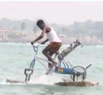 Un ghanéen fabrique un vélo qui roule sur l'eau